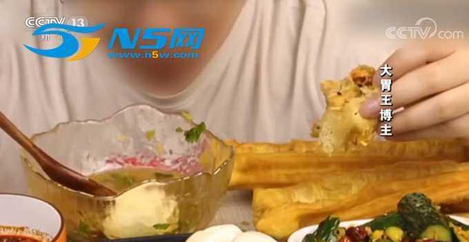 央视揭大胃王吃播套路:假吃+催吐,完成一段视频要用30小时